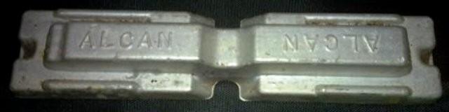 ALCAN BARRETE RETIFICA ALCAN- barretezinho, amostra de aluminio, proporções:13 x 3 x1. Aluminio com banda de prata. Para peso de papéis sobre a mesa do esdritório.