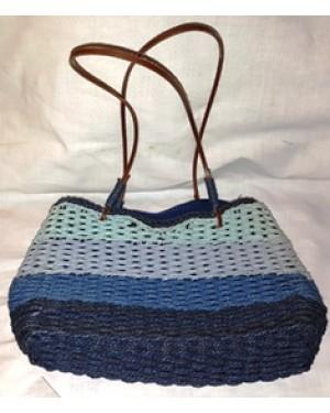 bolsa feminina, tiracolo  em fio de couro ,cerdas de nylon, forrada por dentro , com divisória, mede :18 x 29 x 44 cm.Bom estado.