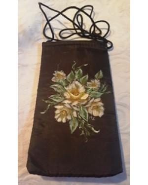bolsa para guardar seu óculos, tecido com bordado floral, com tira para pendurar ao pescoço, forrada internamente, bom estado.