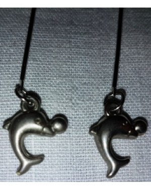 brinco em metal com a forma de um golfinho prateado, perfeito estado