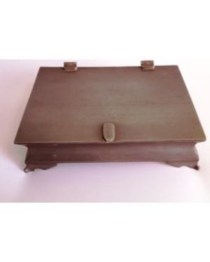 caixa em pewter, desenho do sec XVIII, mede:4 x 11 x 14 cm, forrada por dentro, peça dos anos 70.