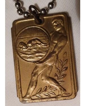 medalha antiga de natação, marca PIAZZA metal dourado, com correntinha , mede  3 x 3,5 cm