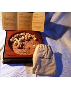 os lobos e os cordeiros, jogos em madeira, base em cortiça, mede 3 x 20 20 cm acompanha ao jogo botões de madeira com os quais são usados no jogo.