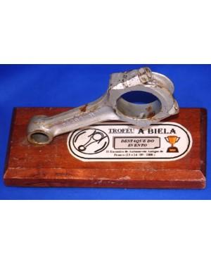 Trofeu automobilistico A BIELA- destaque, ano 2000,base madeira c uma biela verdadeira ,sobreposta