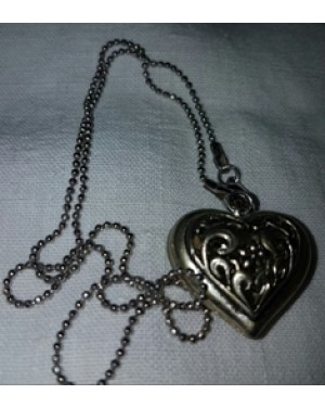 colar ,metal ,  largura 2 cm, com coração oco desenhado  bom estado.