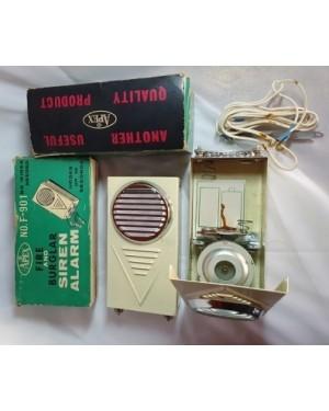 Alarme antigo, APEX , Fire and Burglar ( assaltante) siren guardado sem usar desde 1960 aprx. funciona com duas pilhas \G, eletro - mecânico, aciona se por rele que acompanha com a fiação pertinente, pode ser usado em portas, portões, jardim etc. Toca uma