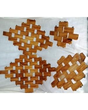 panelas-aparador em madeira,modelo clássico, não sai de moda ha 50 anos.quadradinhos presos c arame ,formando losangulos em tamanhos variados.