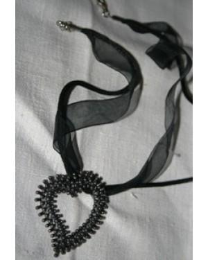 colar- necklace, gargantilha c um coração em metal pontilhado, 4x 4 cm - ( 40  cm comp),  ITALY  fio de couro com véu de tecido,peça sem uso e de extremo bom gosto.