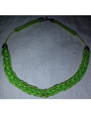 colar gargantilha em tecido trançado verde, bom estado.