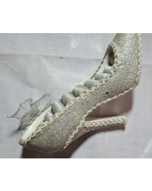 Porta jóias anéis, forma de sapato alto brilhante. O anel é meramente ilustrativo e não acompanha o produto  Espaço p 10 anéis.  Mede 16 X 9 cm .Bom estado.